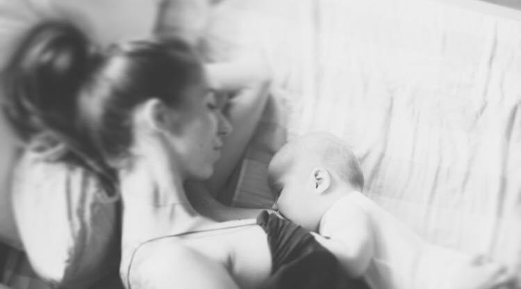 alaptare, bebelus alaptat, maternitate, mama