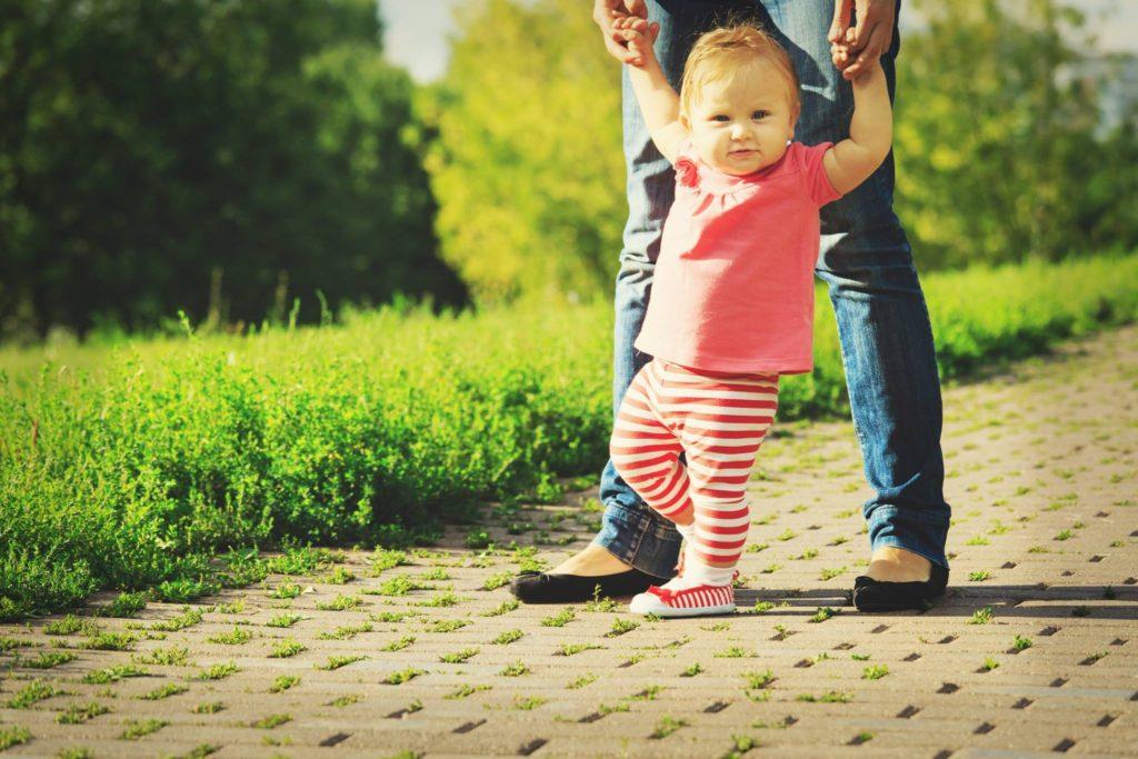 Mituri frecvente despre mersul copiilor. Sfaturile ortopedului pediatru