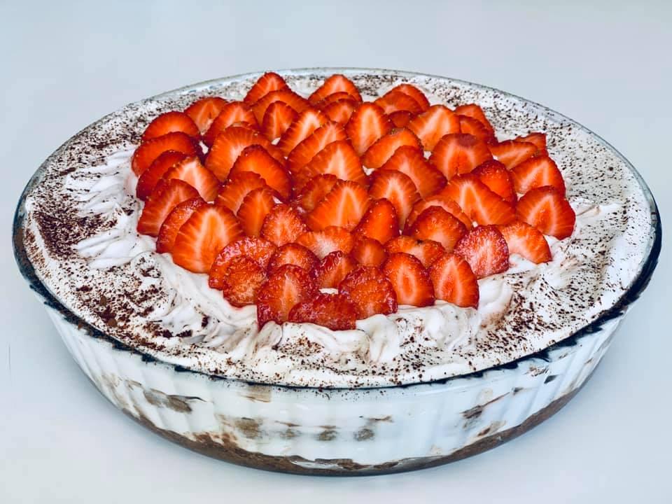 Tort rapid cu căpșuni (fără coacere)
