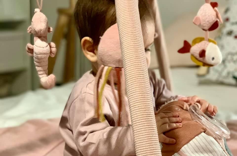 Cum ne jucăm cu bebelușul și îl stimulăm corect, în primele luni de viață. Lucruri esențiale.